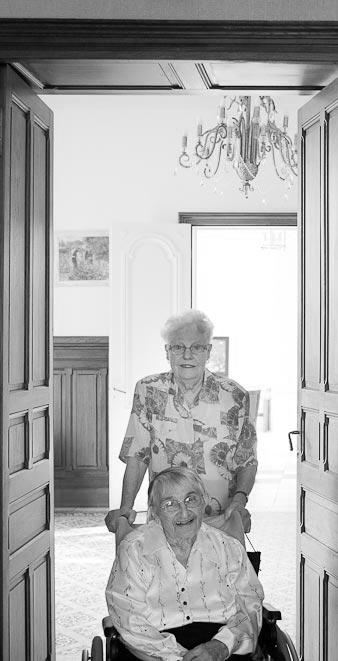 Personnes âgées discutant
